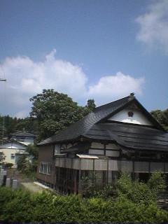ウチの向かいは寺。